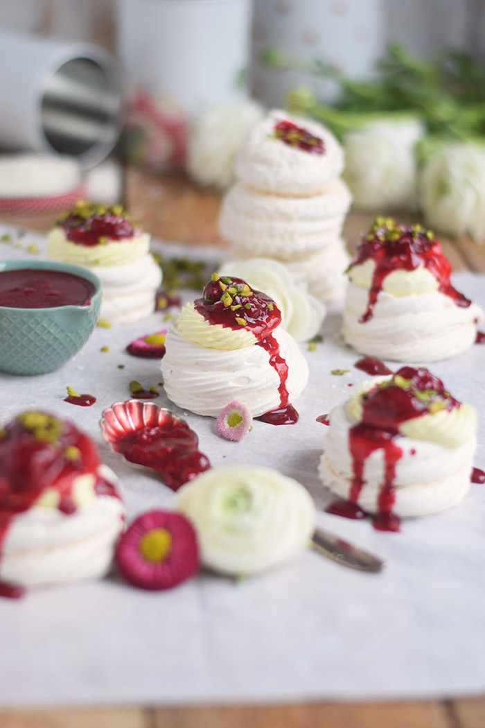 Meringue Nester mit Zitronencreme und Himbeersauce - Meringue Nests with lemon custard and raspberry sauce (15)