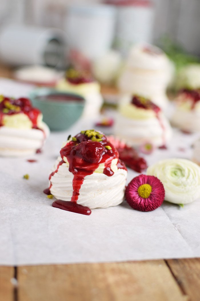 Meringue Nester mit Zitronencreme und Himbeersauce - Meringue Nests with lemon custard and raspberry sauce (9)
