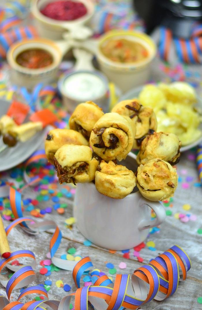 Fondueabend mit Pinwheels Pops Kartoffelsalat und Dips Cranberry Erdnuss Feta und Curry 2-1