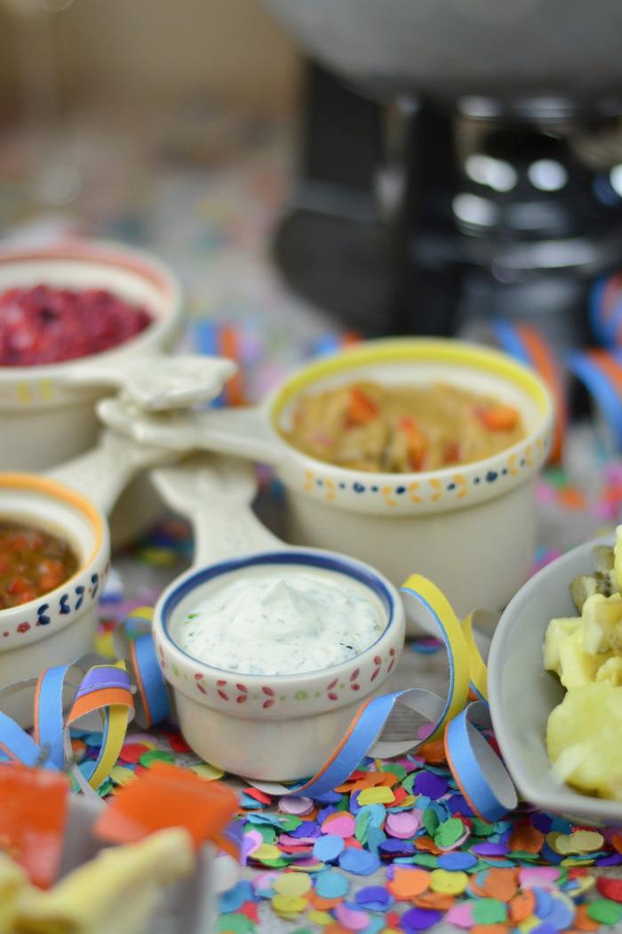 Fondueabend mit Pinwheels Pops Kartoffelsalat und Dips Cranberry Erdnuss Feta und Curry 4-1