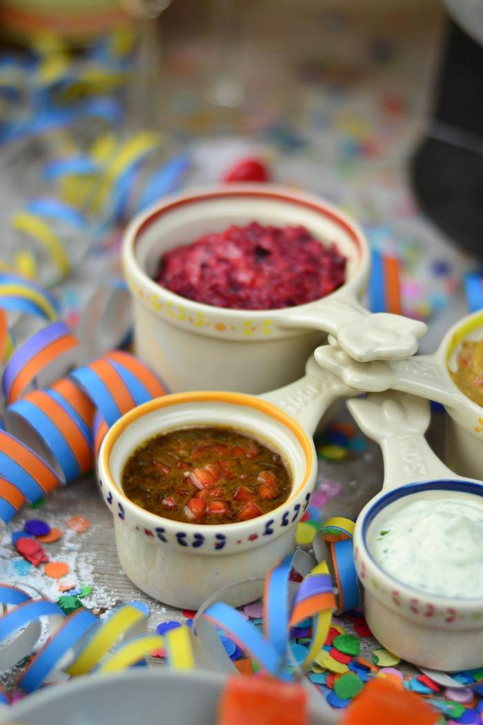 Fondueabend mit Pinwheels Pops Kartoffelsalat und Dips Cranberry Erdnuss Feta und Curry 5-1