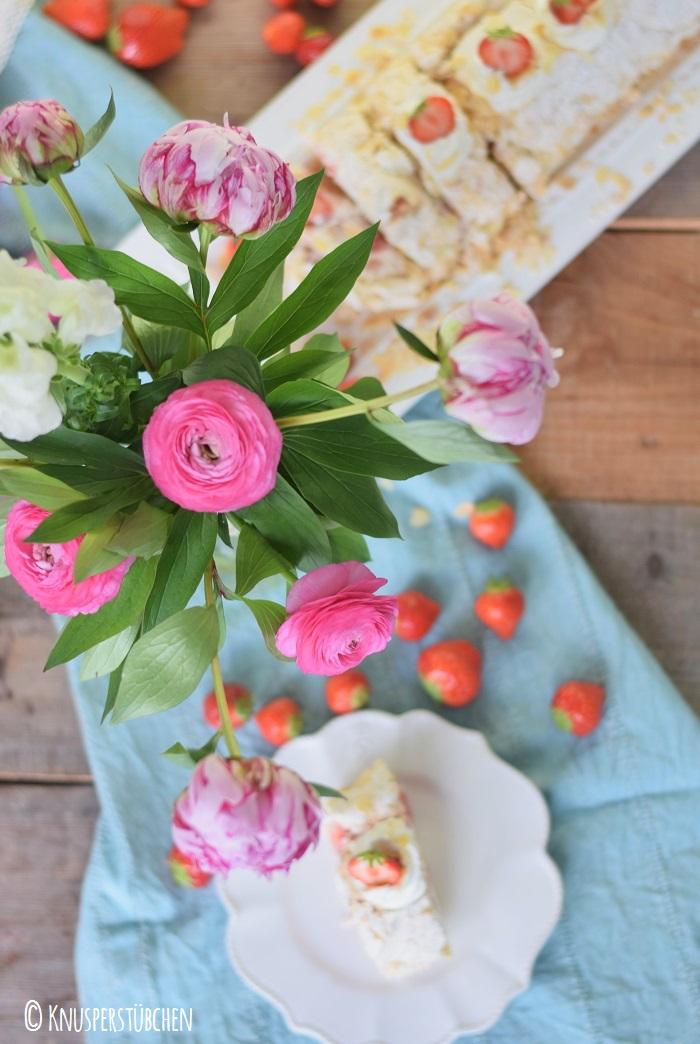 Baiser Meringue Roulade Mandeln Erdbeeren 11