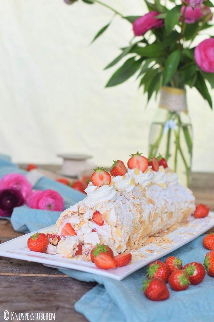 Baiser Meringue Roulade Mandeln Erdbeeren 2