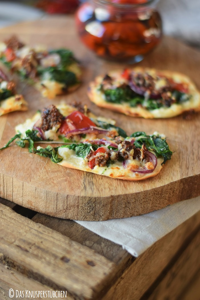 Mini Flammkuchen mit roast pepper spinat