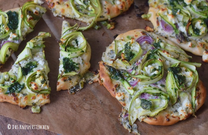 Mini Spargel Pizza mit Basilikum Tupfen 18