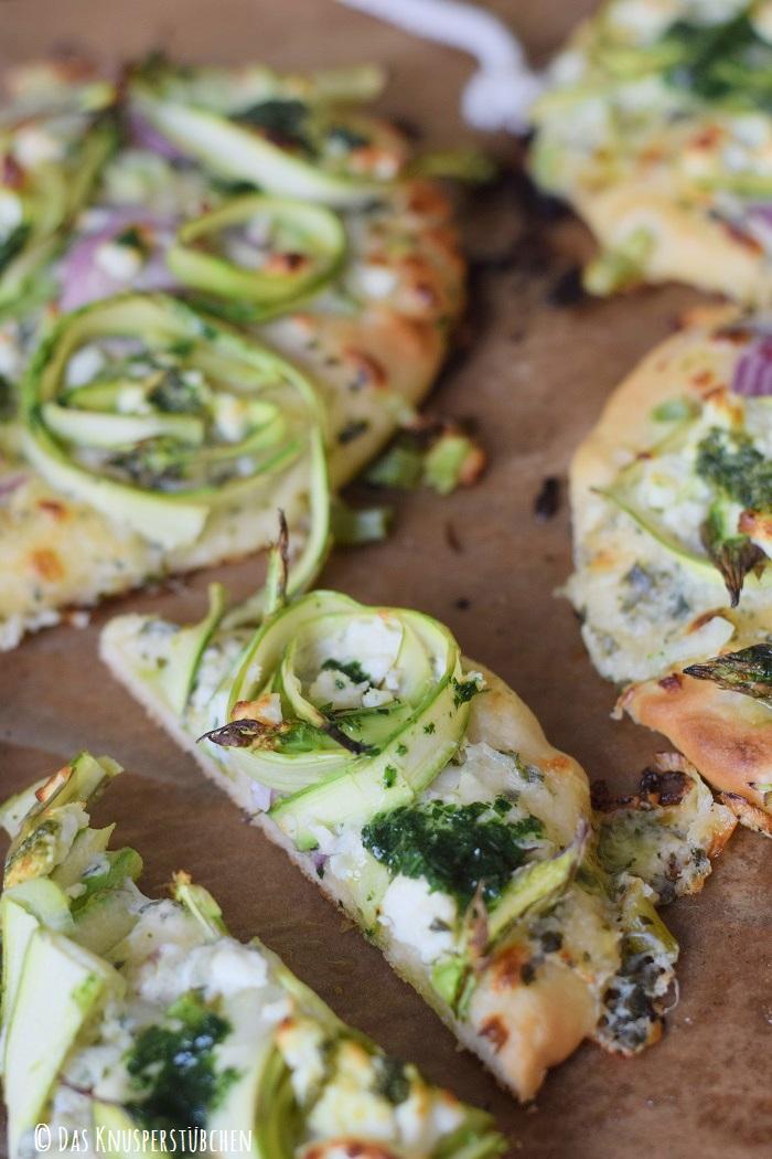 Mini Spargel Pizza mit Basilikum Tupfen 20