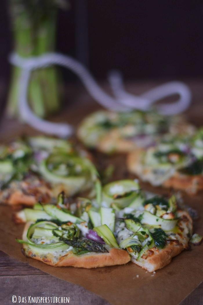 Mini Spargel Pizza mit Basilikum Tupfen 4