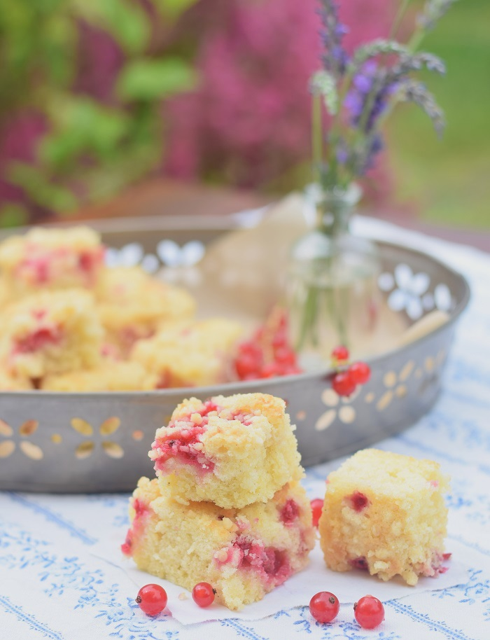 zitronen streusel kuchen mit Johannisbeeren