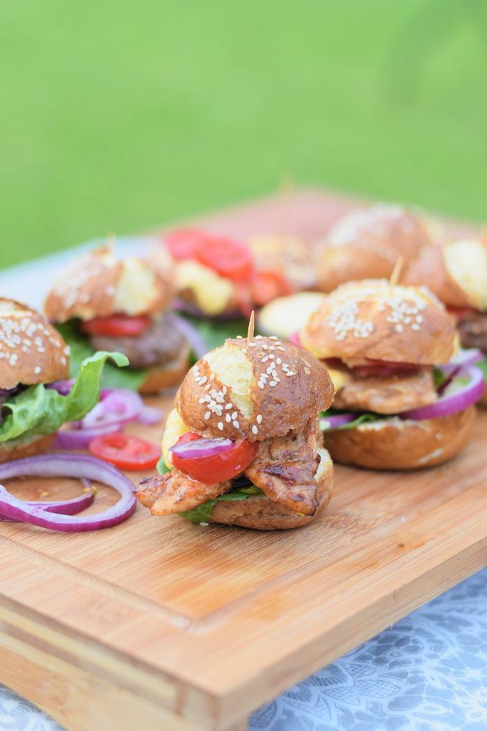 Brezel Burger mit Feta 4