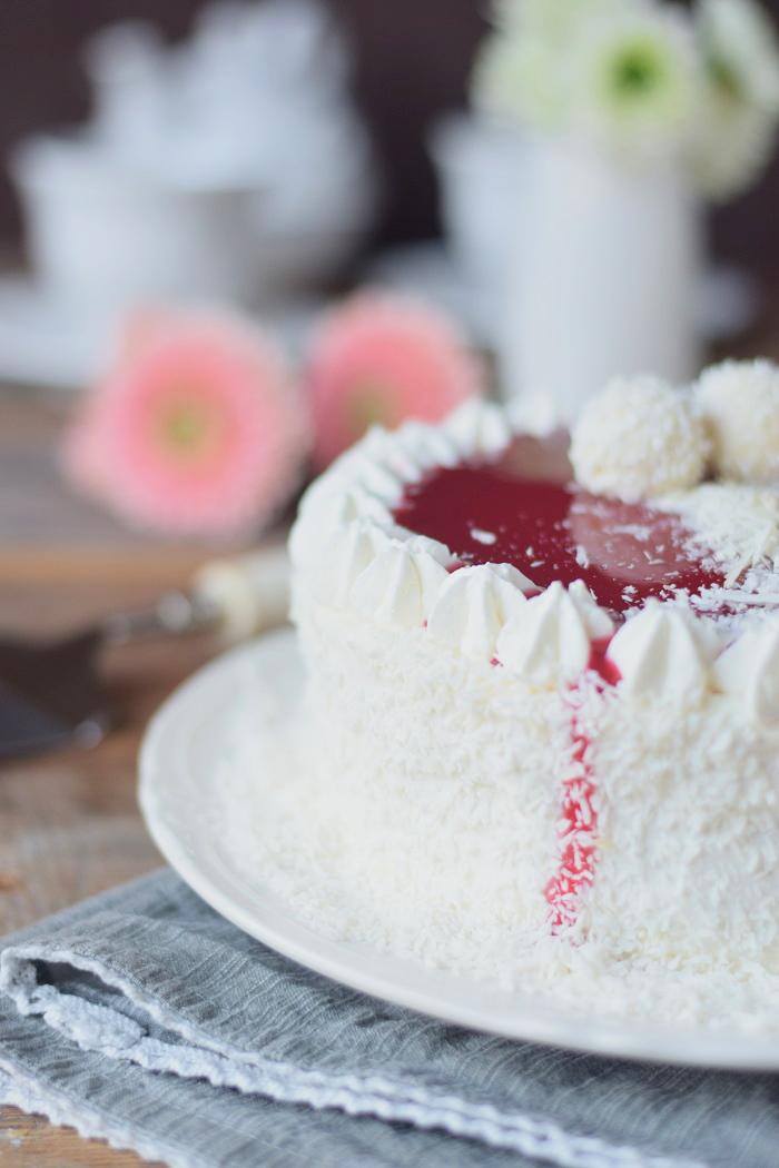 Kokos Mousse Torte mit Himbeer Mousse Kern und weißer Schokolade - Fruchtige Raffeelo Torte (12)