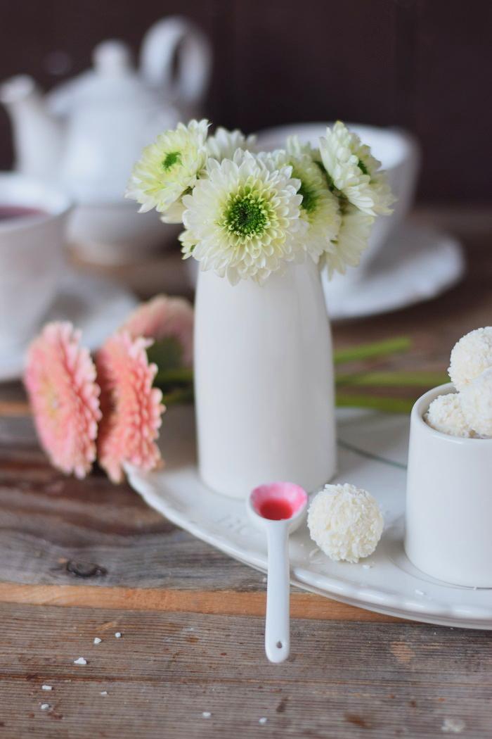 Kokos Mousse Torte mit Himbeer Mousse Kern und weißer Schokolade - Fruchtige Raffeelo Torte (23)