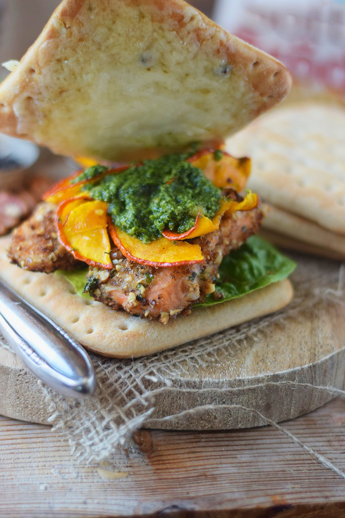 Knusper Lachs Sandwiches mit Pekannüssen, Pesto und Ofenkürbis (19)