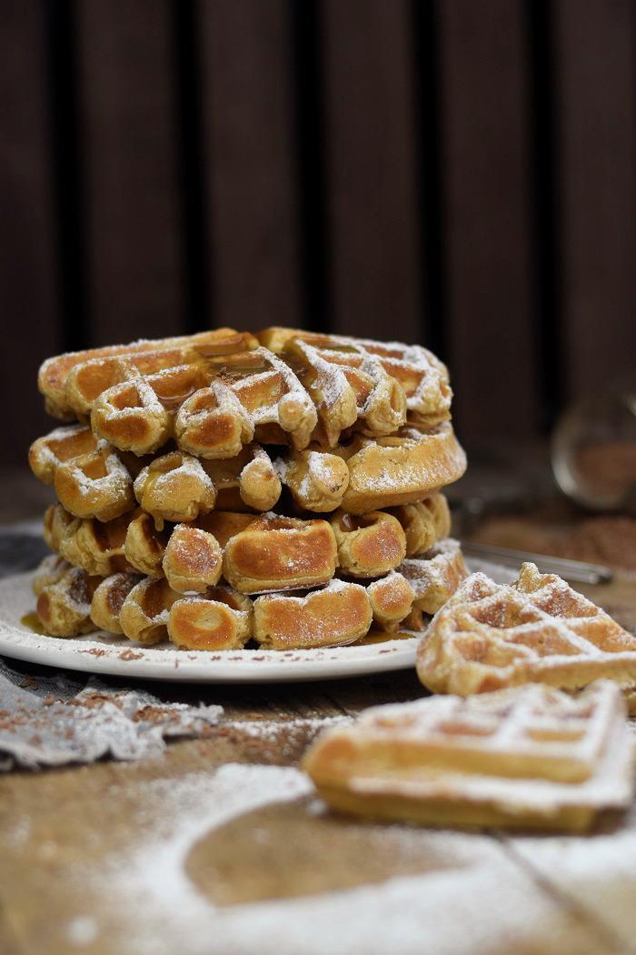 Erdnussbutter Joghurt Waffeln mit Karamellsauce und Schokolade - Peanut Butter Yogurt Waffles with caramel sauce and chocolate (19)