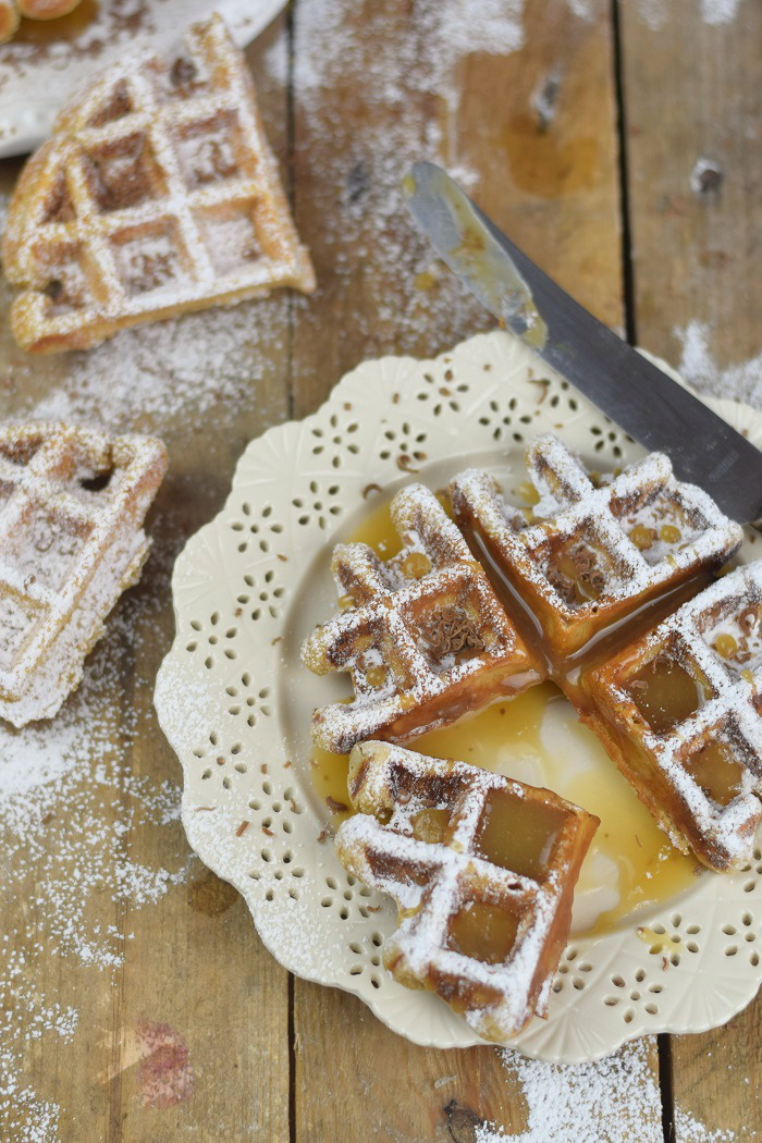 Erdnussbutter Joghurt Waffeln mit Karamellsauce und Schokolade - Peanut Butter Yogurt Waffles with caramel sauce and chocolate (31)