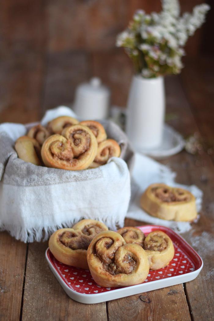 Hefe Zimt Herzen mit Nussfüllung - Cinnamon Nut Heart Rolls (10)