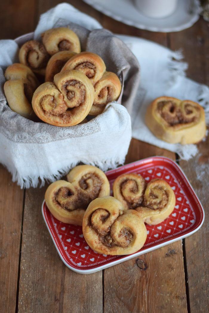Hefe Zimt Herzen mit Nussfüllung - Cinnamon Nut Heart Rolls (16)