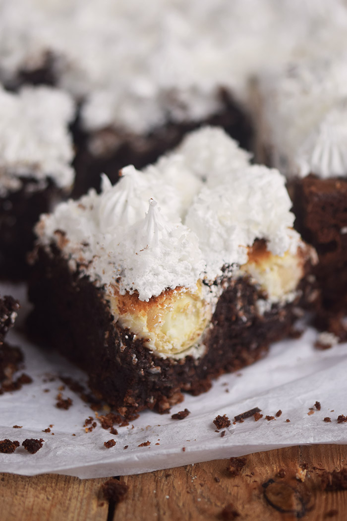 Raffello Brownies - Brownies with coconut truffles and coconut meringue (11)