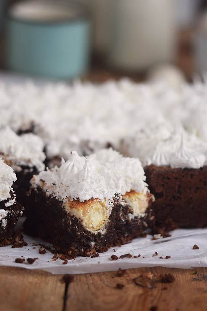 Raffello Brownies - Brownies with coconut truffles and coconut meringue (13)