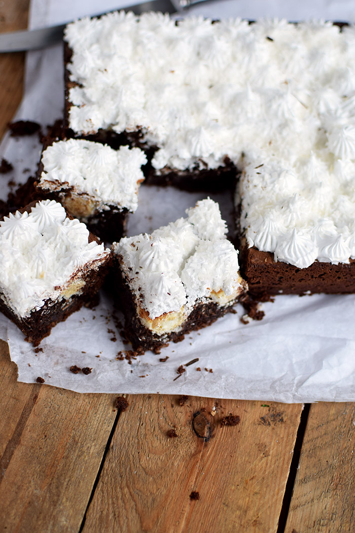Raffello Brownies - Brownies with coconut truffles and coconut meringue (8)
