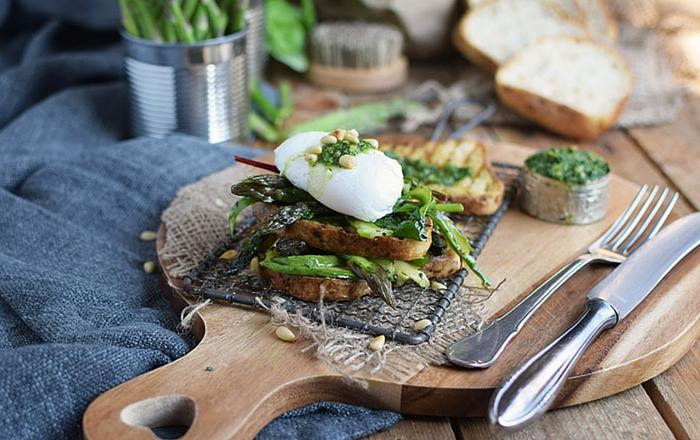 Glutenfreies Sandwich mit Spargelsalat (Werbung)