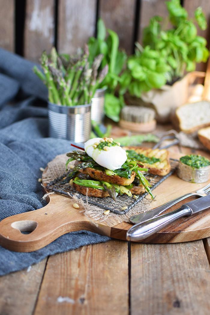 Glutenfreies Sandwich mit Spargel Mangold Salat Basilikum Baerlauch Pesto & pochiertem Ei