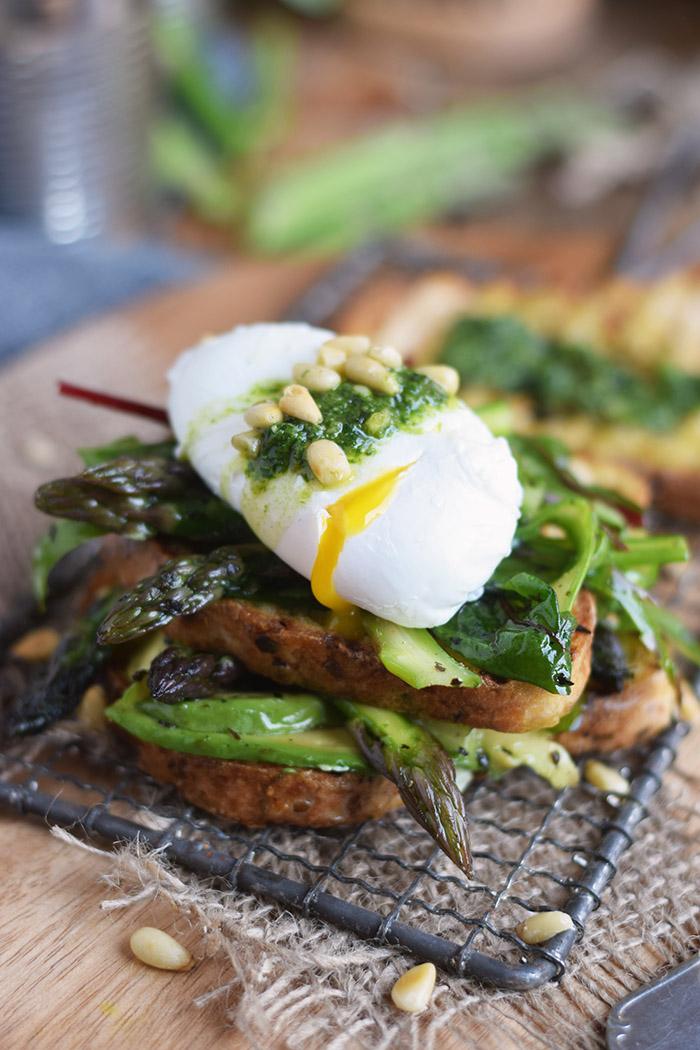 Glutenfreies Sandwich mit Spargel-Mangold-Salat & pochiertem Ei (10)