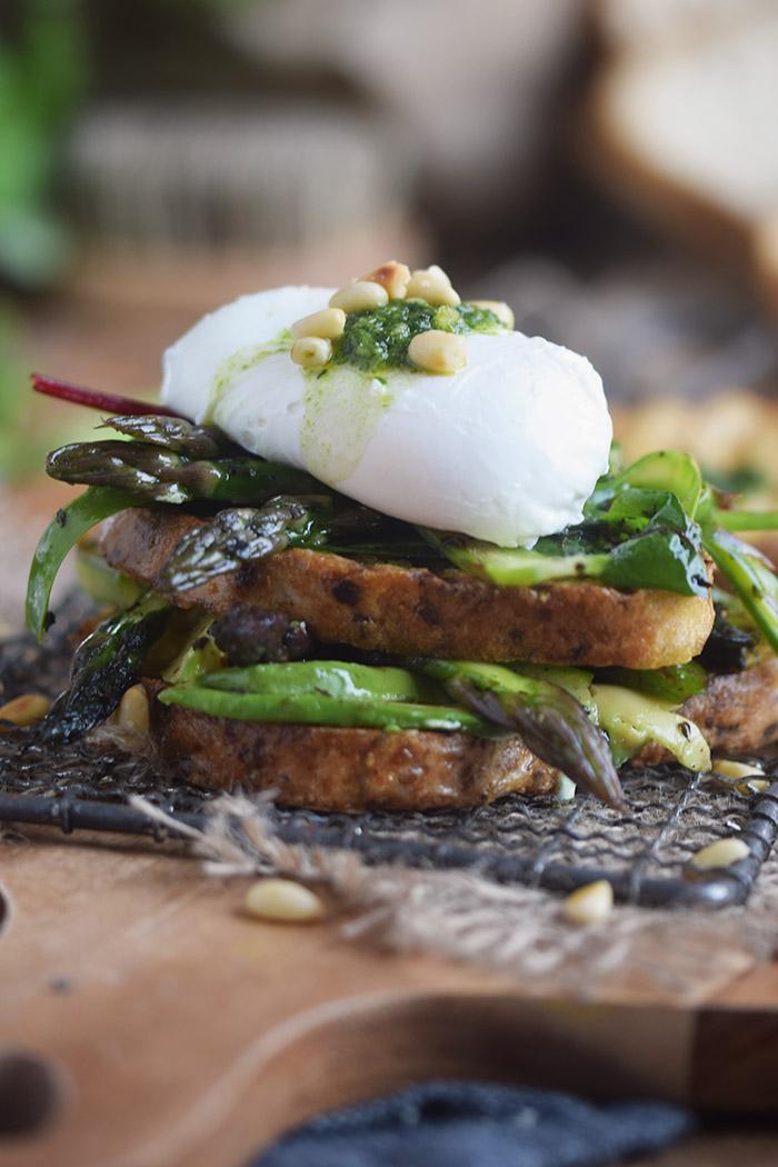 Glutenfreies Sandwich mit Spargel-Mangold-Salat & pochiertem Ei (14)