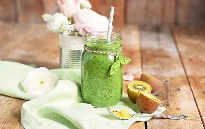 Green Smoothie mit Spinat, Kiwi und Apfel