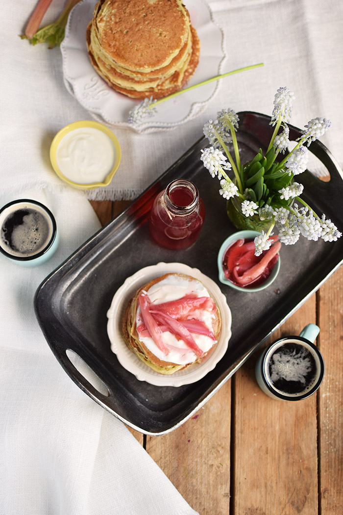 buttermilch pancakes mit rhabarber sirup buttermilk pancakes with rhubarb syrup. Black Bedroom Furniture Sets. Home Design Ideas
