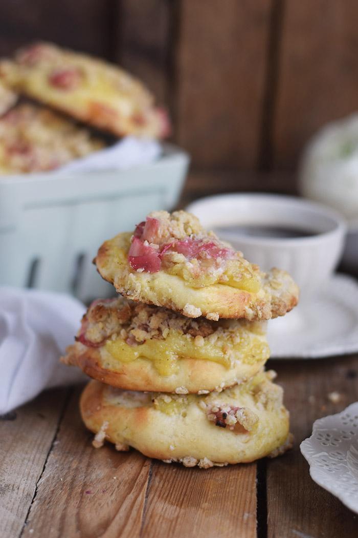 Rhabarber Streuselschnecken mit weisser Schokolade Creme - rhubarb crumble buns with white chocolate custard (17)