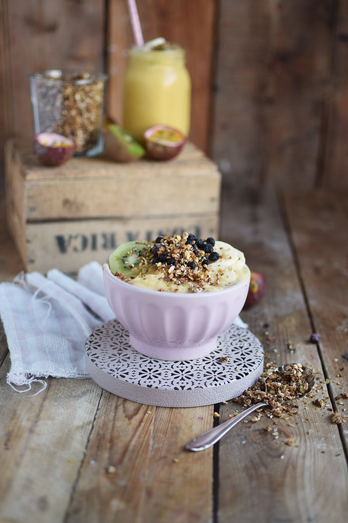 Smoothie Bowl mit Granola und Fruechten - Smoothie Bowl with homemade Granola (1)