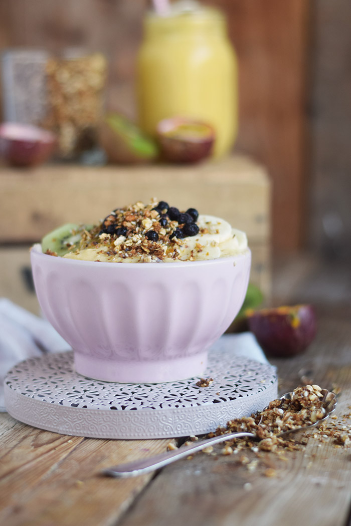 Smoothie Bowl mit Granola und Fruechten - Smoothie Bowl with homemade Granola (10)