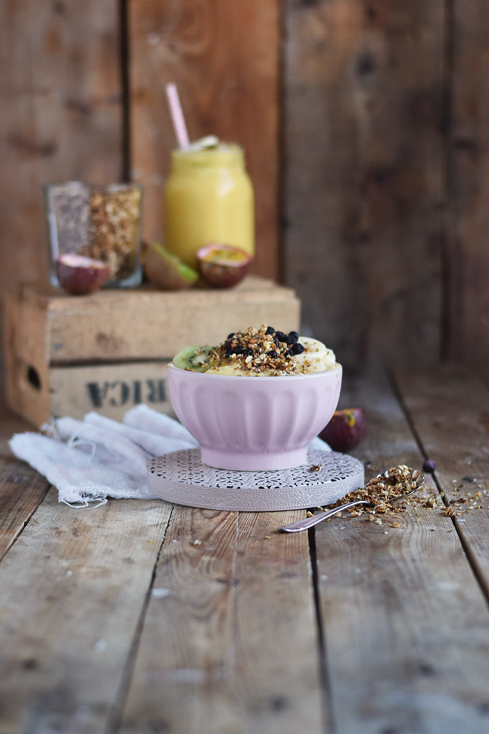 Smoothie Bowl mit Granola und Fruechten - Smoothie Bowl with homemade Granola (13)