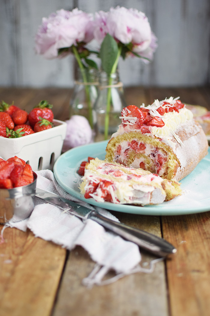 Erdbeer Quark Biskuitrolle - Straberry Cake Roll Rezept (15)