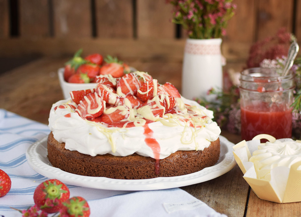 Geramont Kokoskuchen mit Frischkaese Creme und Erdbeeren - Coconut Cake with Cream Cheese and strawberries (2)