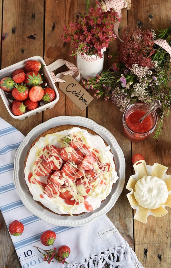 Geramont Kokoskuchen mit Frischkaese Creme und Erdbeeren - Coconut Cake with Cream Cheese and strawberries (3)