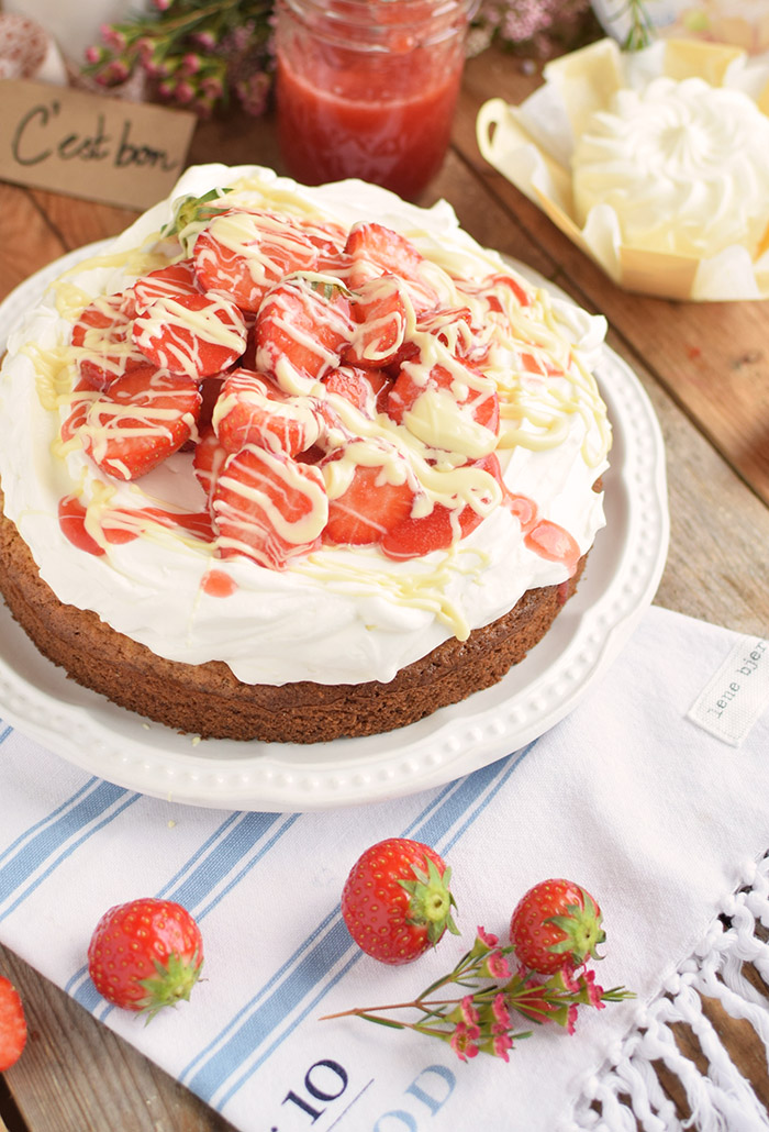 Geramont Kokoskuchen mit Frischkaese Creme und Erdbeeren - Coconut Cake with Cream Cheese and strawberries (4)
