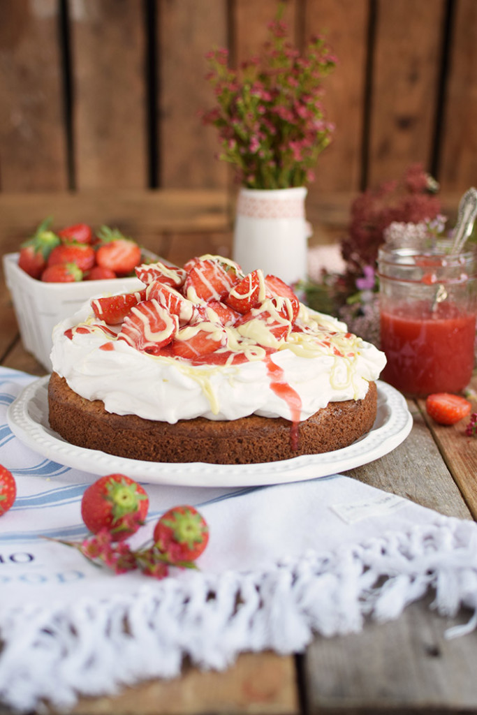 Kokoskuchen mit Frischkaese Creme und Erdbeeren - Coconut Cake with Cream Cheese and strawberries (17)