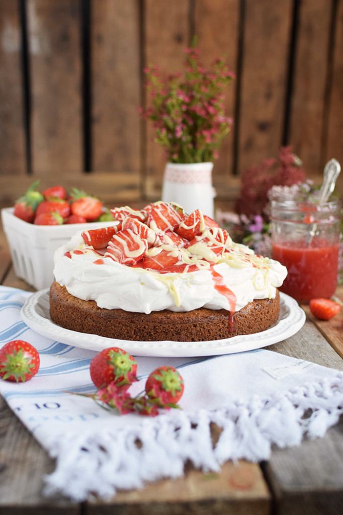 Kokoskuchen mit Frischkaese Creme und Erdbeeren - Coconut Cake with Cream Cheese and strawberries (23)