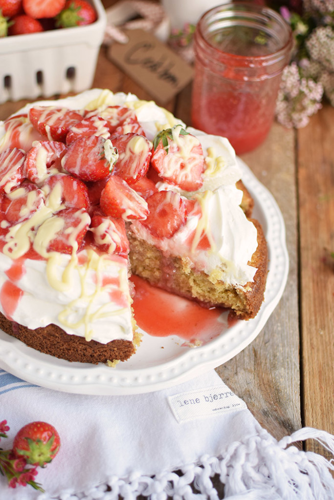 Kokoskuchen mit Frischkaese Creme und Erdbeeren - Coconut Cake with Cream Cheese and strawberries (30)