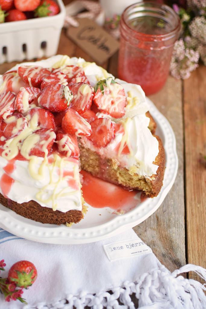 Kokoskuchen mit Frischkaese Creme und Erdbeeren - Coconut Cake with Cream Cheese and strawberries (30)