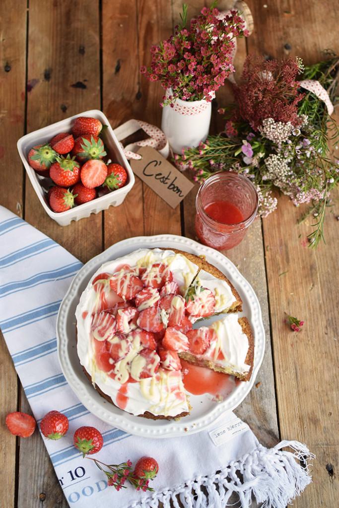Kokoskuchen mit Frischkaese Creme und Erdbeeren - Coconut Cake with Cream Cheese and strawberries (31)