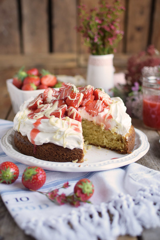 Kokoskuchen mit Frischkaese Creme und Erdbeeren - Coconut Cake with Cream Cheese and strawberries (5)