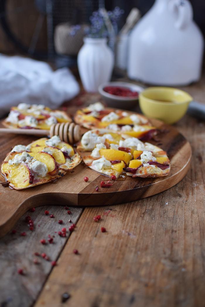 Flammkuchen mit Nektarinen Honig und Ziegenfrischkaese - Last Minute Tart Flambe with Nectarines Goats Cheese and honey (18)