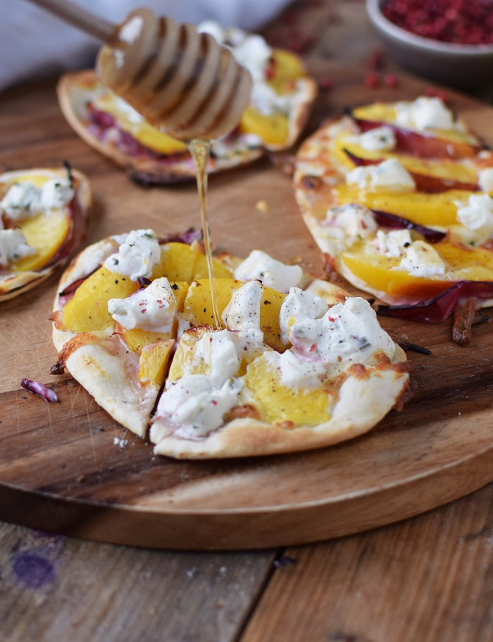 Flammkuchen mit Nektarinen Honig und Ziegenfrischkaese - Last Minute Tart Flambe with Nectarines Goats Cheese and honey (24)