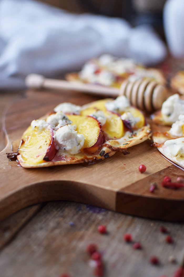 Flammkuchen mit Nektarinen Honig und Ziegenfrischkaese - Last Minute Tart Flambe with Nectarines Goats Cheese and honey (9)