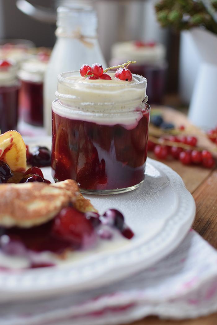 Rote Gruetze mit Beeren Hefeplinsen - Berry Compote with pancakes (28)