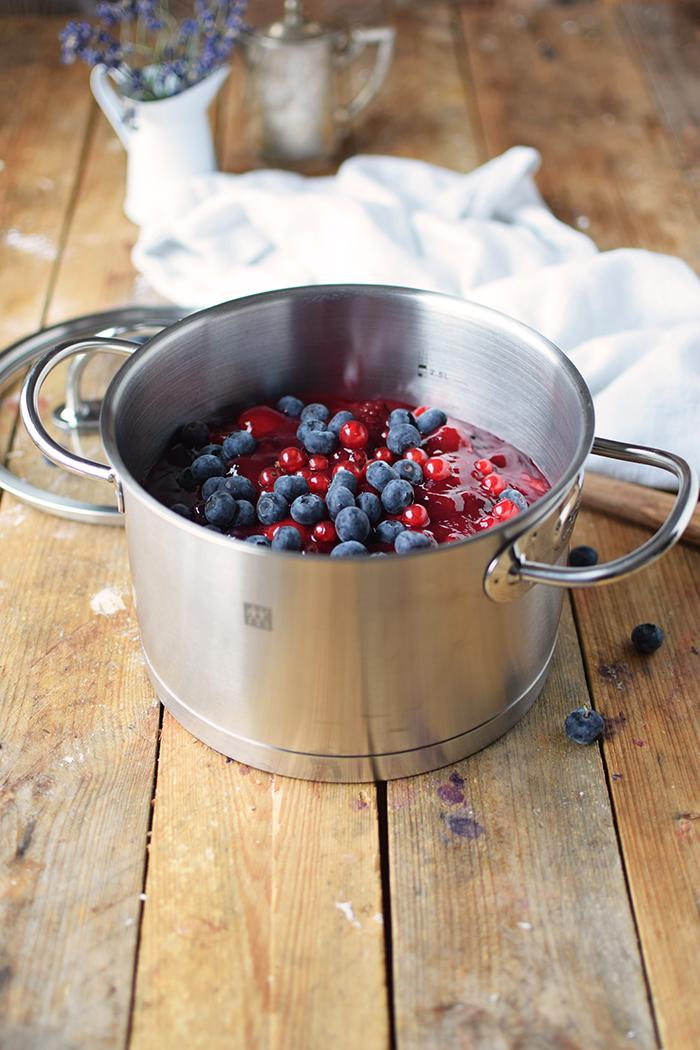 Rote Gruetze mit Beeren Hefeplinsen - Berry Compote with pancakes (3)