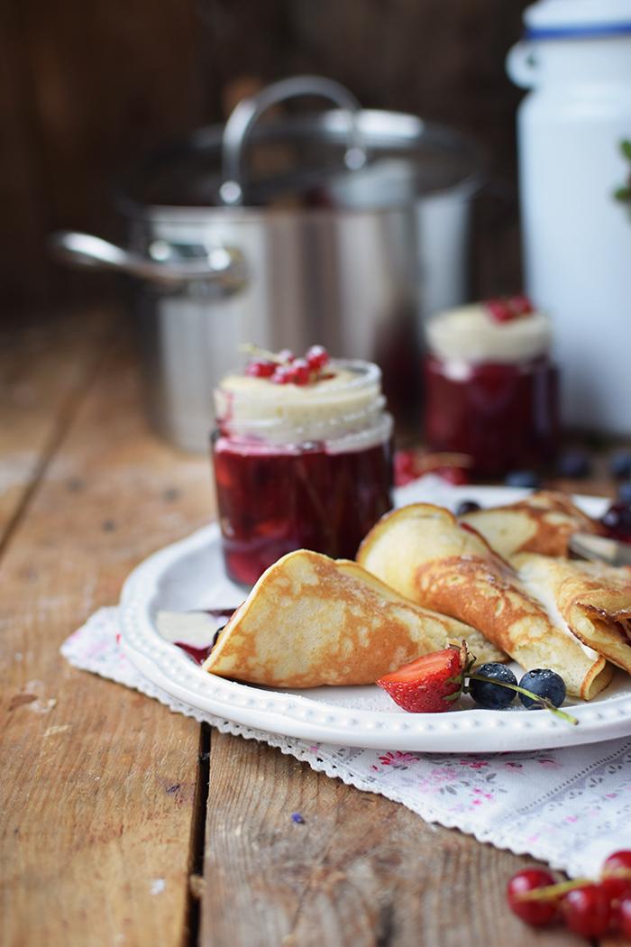 Rote Gruetze mit Beeren Hefeplinsen - Berry Compote with pancakes (33)