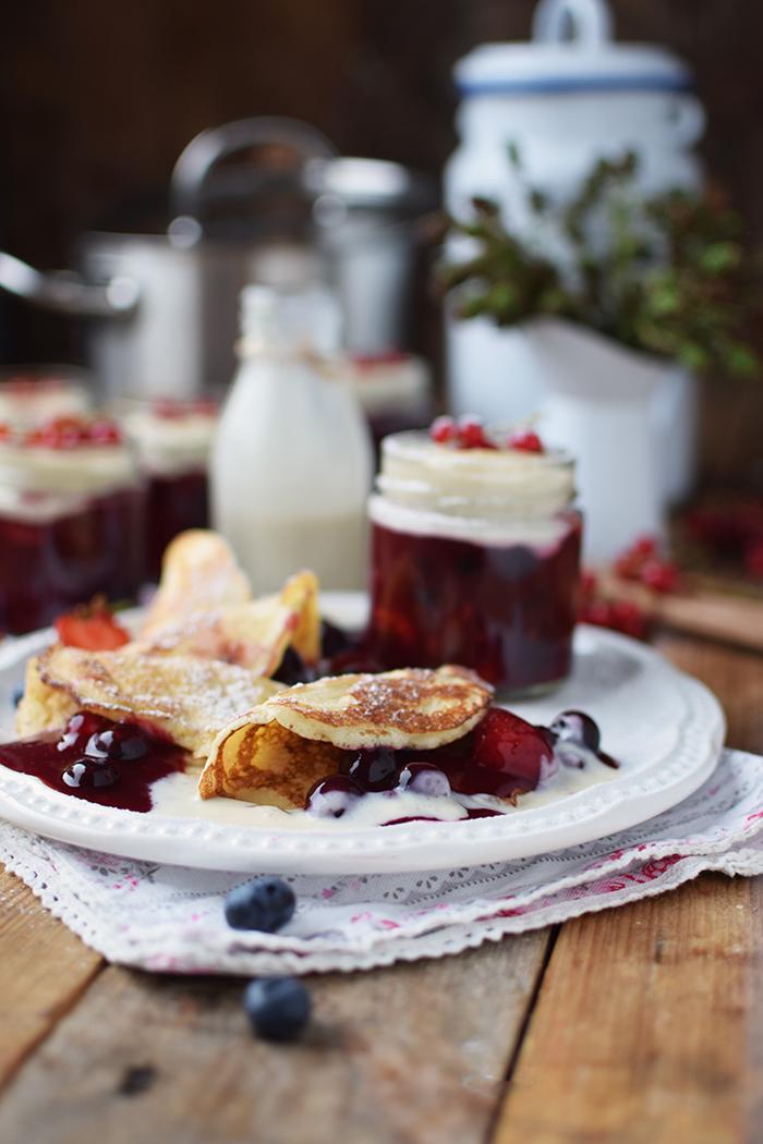 Rote Gruetze mit Beeren Hefeplinsen - Berry Compote with pancakes (9)
